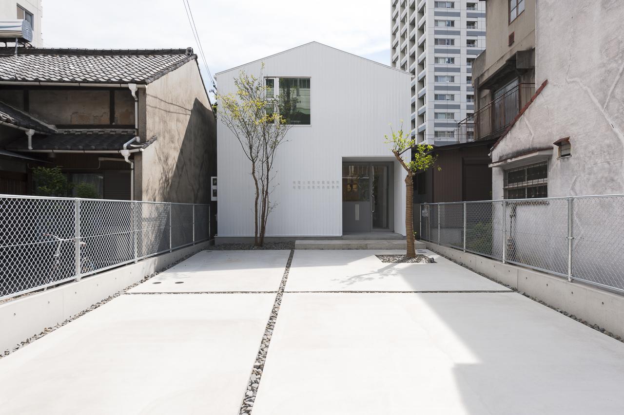 道路側から見た外観。シンプルな家型です。
